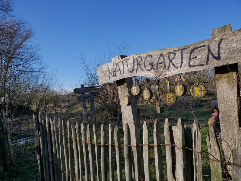 Holzschild mit Aufschrift Naturgarten
