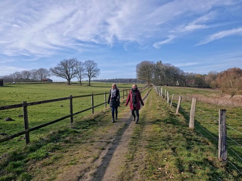 Zwei Wanderer auf dem Weg über die Koppel im Bexaddetal.
