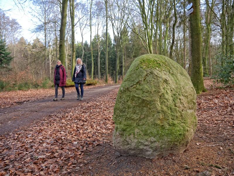 Zwei Wanderer auf dem Weg zum Bexaddetal, Im Vordergrund ein Findling.