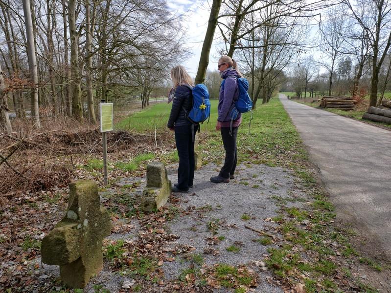 Zwei Wanderer an den Drei-Brüder-Steinen