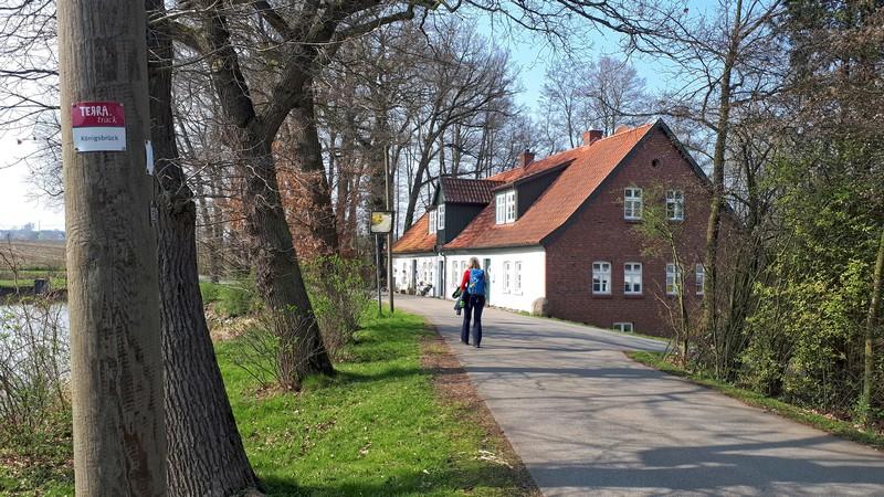 Das Bild zeigt Meike auf dem TERRA track Königsbrück, rechts ein Haus, links den kleinen Dorfteich.