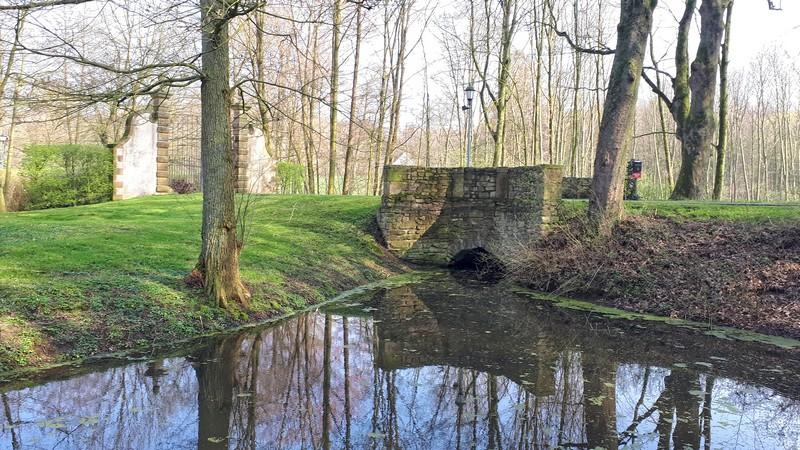 Das Bild zeigt den Wassergraben von Schloss Königsbrück.
