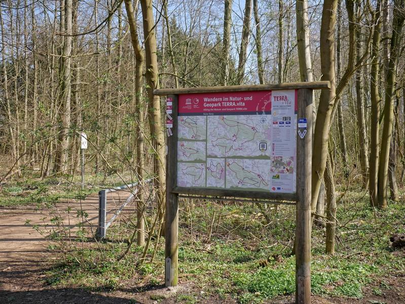 Info-Tafel des Natur- und Geoparks TERRA.vita am Wanderparkplatz Roter Berg in Hasbergen