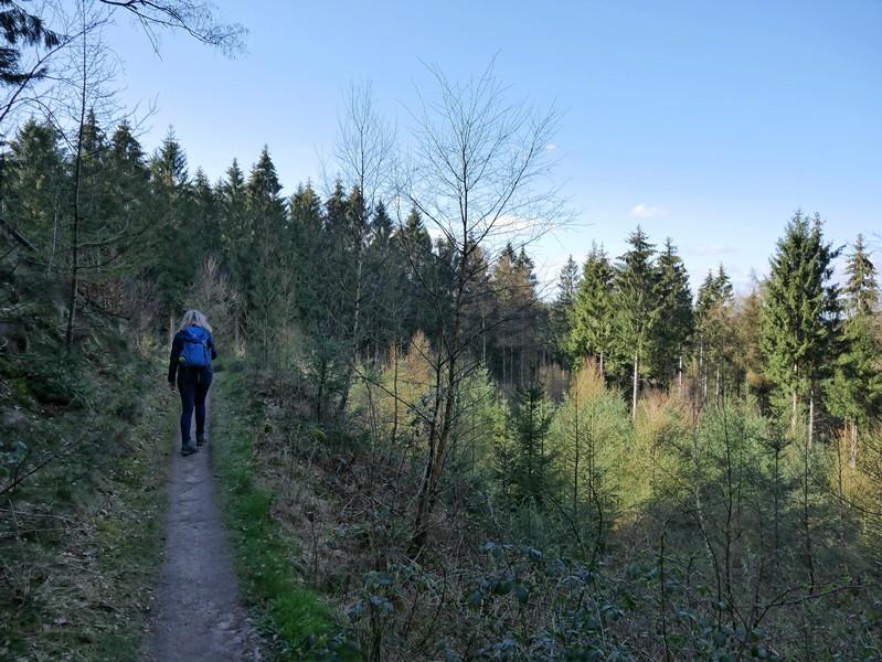 Meike wandert am Hang des Berges auf dem schmalen Pfad.