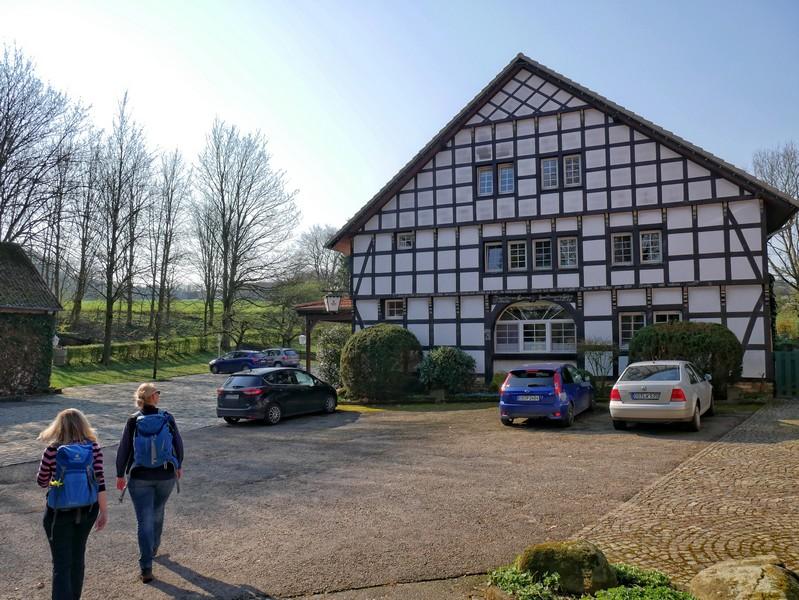 Das Bild zeigt das Fachwerkgebäude des Gasthofs Zittertal.
