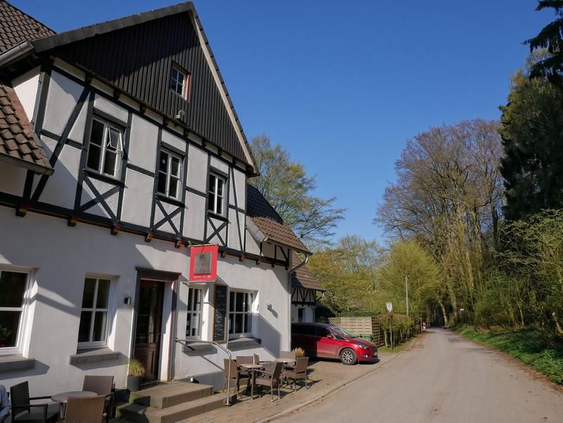 Das Bild zeigt das Forsthaus Oesede, an dem wir unsere Erkundungstour auf dem TERRA.track Varusturm und Mathildenruh beginnen.