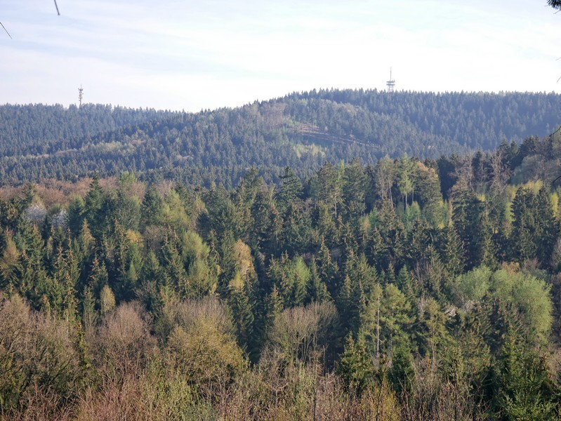 Das Bild zeigt den Ausblick über die umliegenden Erhebungen.