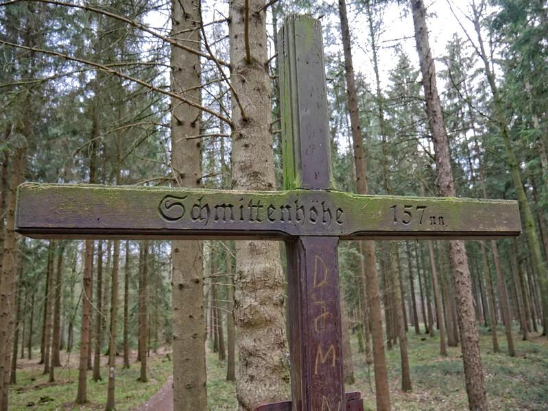 Das Bild zeigt die Inschrift des Gipfelkreuzes, auf dem zu lesen ist: Schmittenhöhe, 157 nn.