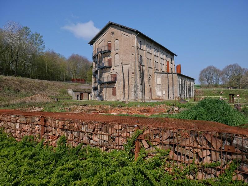 Das Bild zeigt die Gedenkstätte Augustaschacht. Sie liegt direkt am TERRA.track Hüggelrundweg.