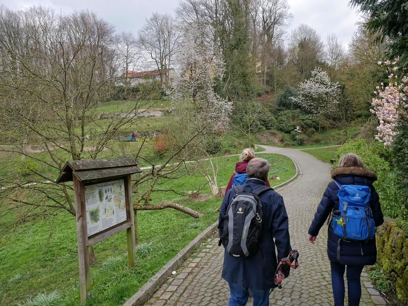 Das Bild zeigt drei Wanderer im Kurpark Tecklenburg.