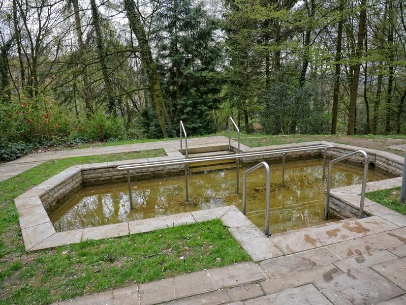 Das Bild zeigt das Wassertretbecken im Kurpark Tecklenburg.