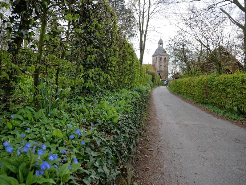 Das Bild zeigt den Weg, der auf die Stadtkirche zu führt.