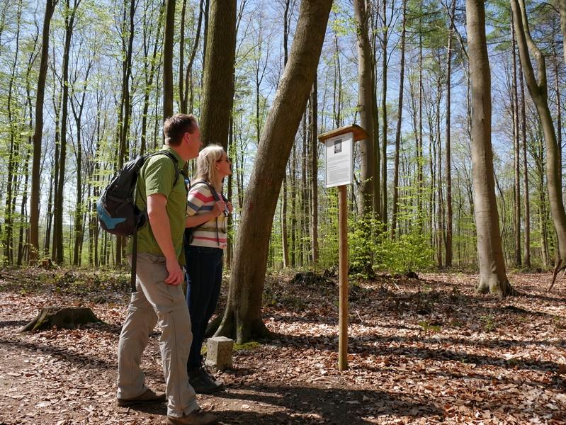 Das Bild zeigt Meike und mich vor der Info-Tafel zum trigonometrischen Punkt an der Grenze zu Bissendorf.