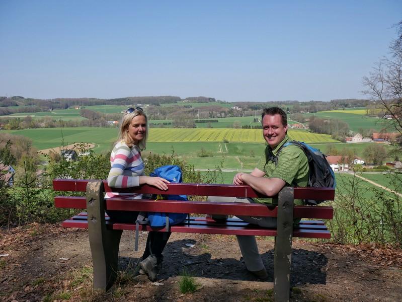 Das Bild zeigt Meike und mich auf der Bank mit Aussicht auf das Umland.