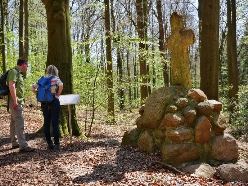 Das Bild zeigt Meike und mich vor dem Fliegerdenkmal.