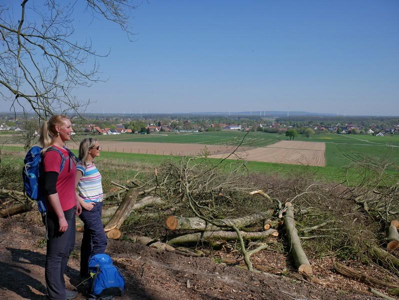 Das Bild zeigt Meike und Svenja, die die Aussicht auf Hüsede genießen.