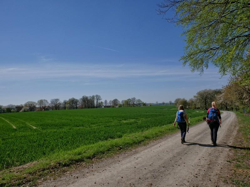 Das Bild zeigt Meike und Svenja am rande eines Feldes auf einem breiten Weg.