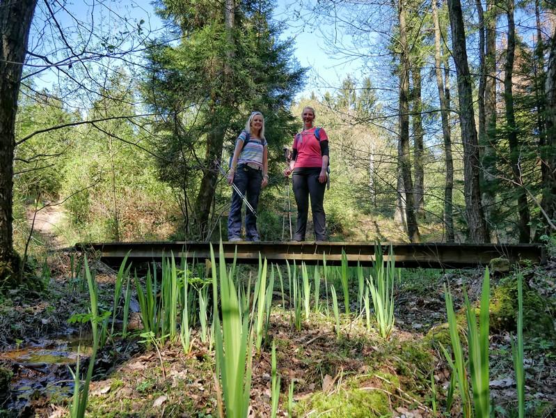 Das Bild zeigt Meike und Svenja auf einer Holzbrücke.