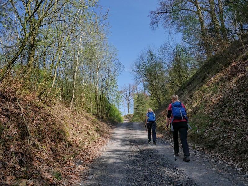 Das Bild zeigt Meike und Svenja beim Anstieg über einen Schotterweg.