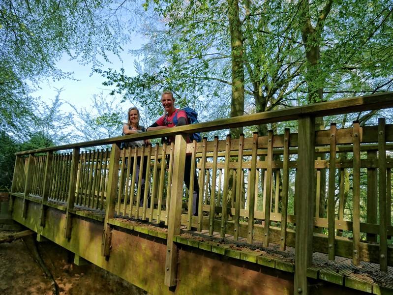 Das Bild zeigt Meike und Svenja auf einer Brücke.