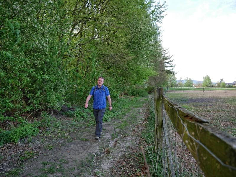 Das Bild zeigt den Wandervogel auf einem Weg entlang einer Koppel.