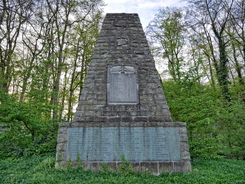 Das Bild zeigt das Ehrenmal in Düingdorf.