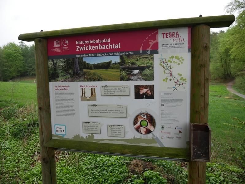 Das Bild zeigt einer der vier Schautafeln am TERRA.track Naturerlebnispfad Zwickenbachtal .