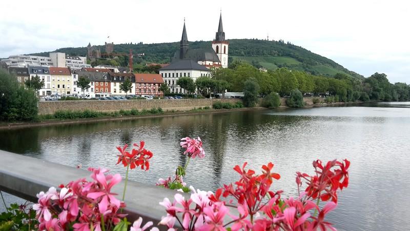 Das Bild zeigt den Blick von einer Moselbrücke auf Bingen.