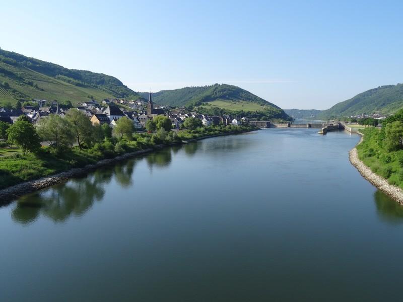 Das Bild zeigt die Mosel von der Brücke aus betrachtet. Zur Linken ist am Ufer Neef zu sehen.