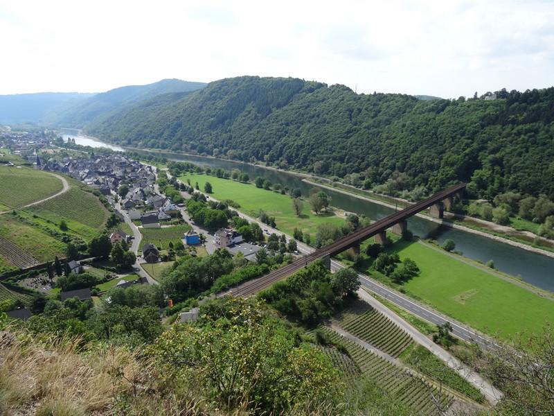 Das Bild zeigt den Blick vom Calmont auf Ediger-Eller, die Mosel und die Eisenbahnbrücke.