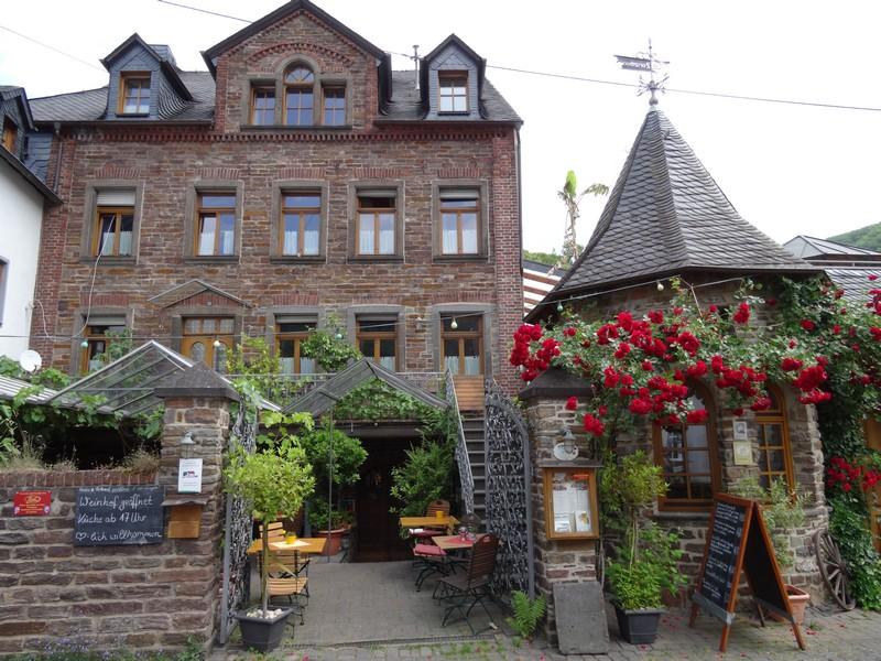 Das Bild zeigt ein Weinlokal in Ediger-Eller.