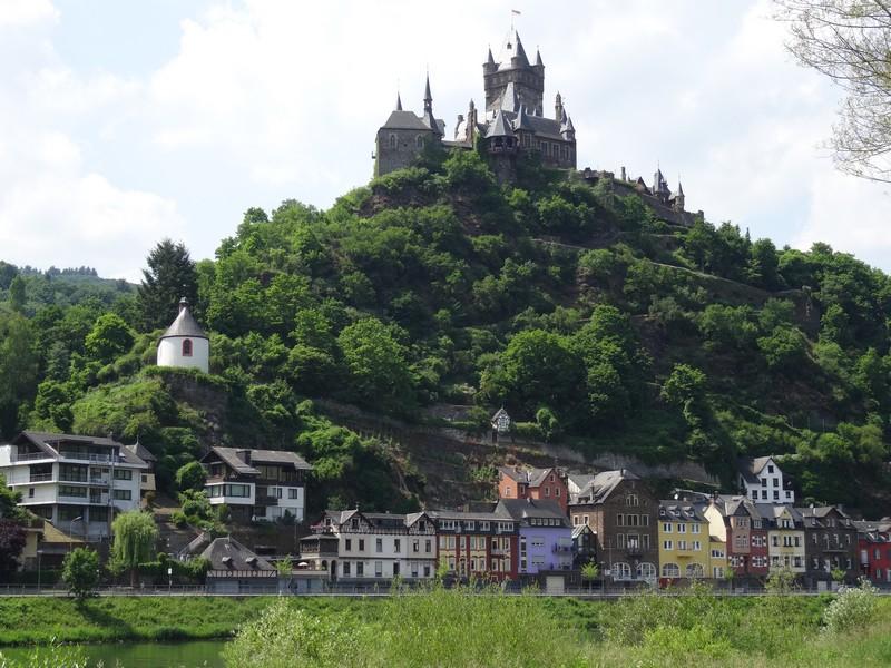 Das Bild zeigt die Reichsburg und die Häuser Cochems.