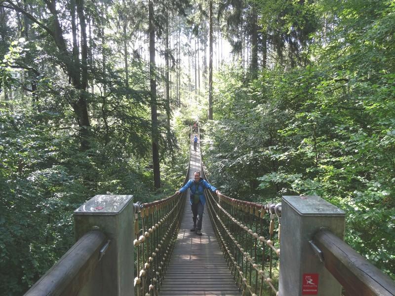 Das Bild zeigt zwei Wanderer auf der Hängebrücke im Kreuzbachtal.