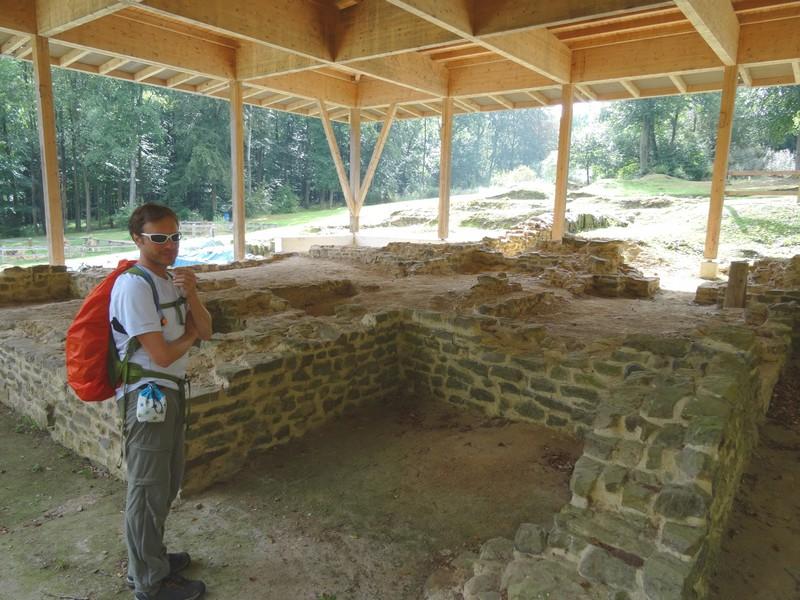 Das Bild zeigt einen Wanderer an der Ausgrabungsstätte Villa Rustica im Bingener Wald.