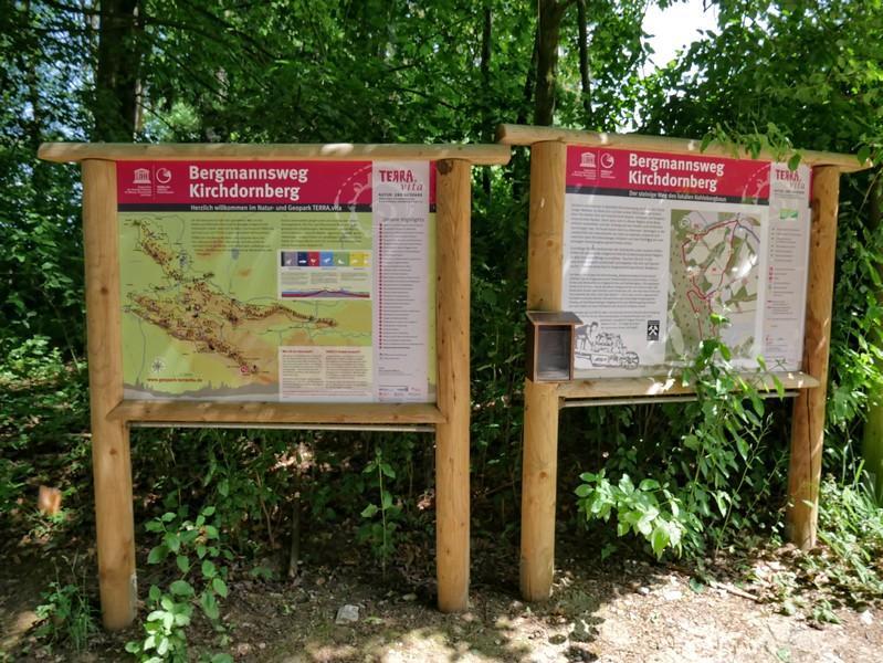Das Bild zeigt Info-Tafeln hat TERRA.vita auf dem Bergmannsweg Kirchdornberg.