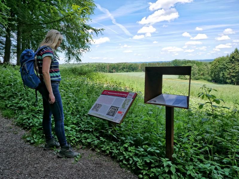 Das Bild zeigt Meike vor einer Info-Tafel am Bergmannsweg Kirchdornberg.
