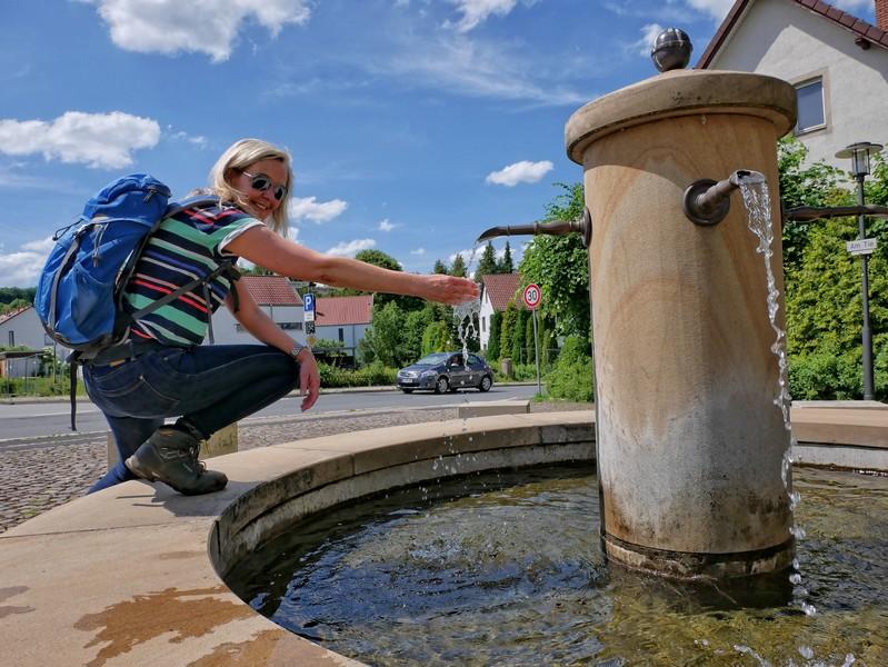 Das Bild zeigt den Dorfbrunnen in Kirchdornberg