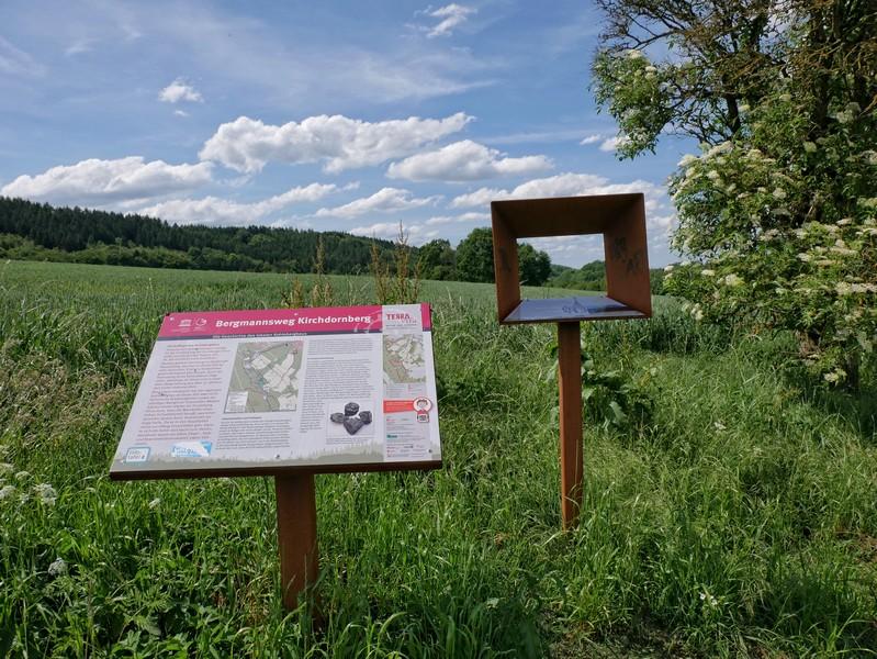 Das Bild zeigt eine Info-Tafel am Bergmannsweg Kirchdornberg.