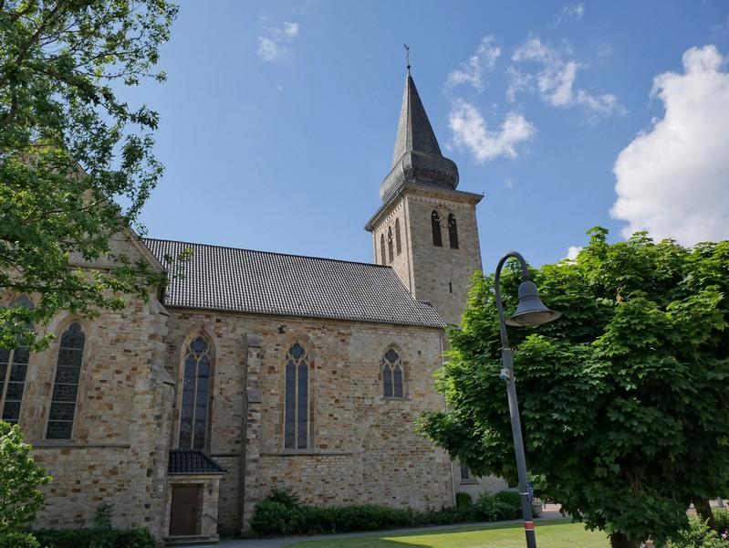 Das Bild zeigt die Pfarrkirche St. Philippus und Jakobus in Steinbeck.