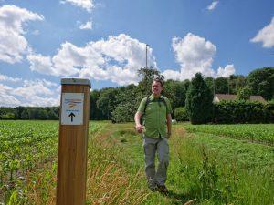 Das Bild zeigt den Wandervogel neben einem Schild des Teutoschleifchen Steinbecker Runde.
