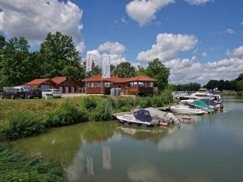 Viele kleine Sportboote liegen im Hafen Marina Recke, eine Gaststätte gibt es zudem auch.