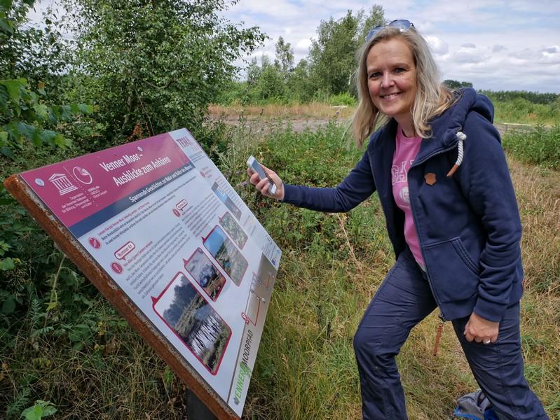 Das Bild zeigt Meike und die nächste Hörstation auf dem TERRA.track Venner Moor.