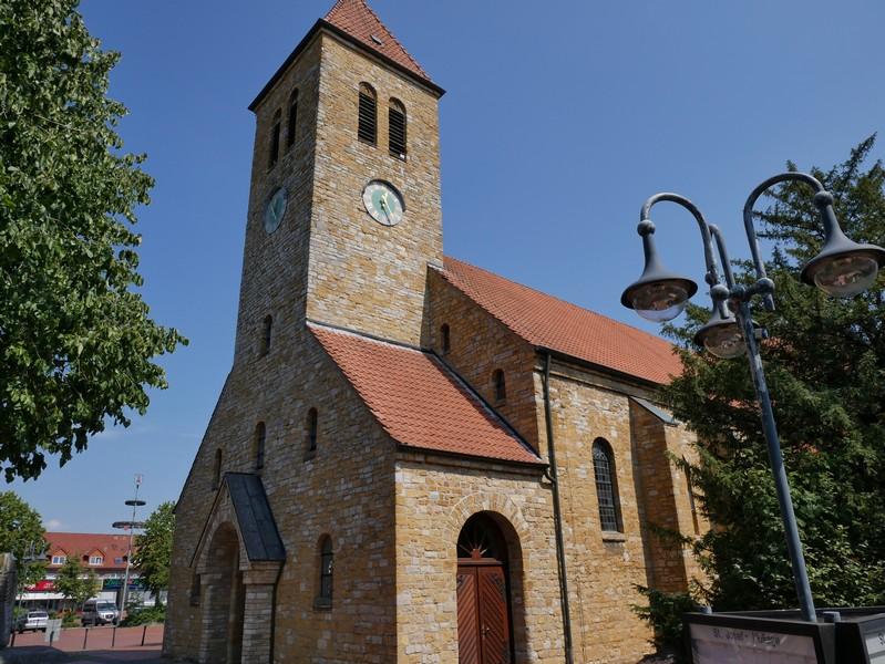 Das Bild zeigt die Kirche St. Josef mitten im Hollager Ortskern. Hier starten wir unsere Wanderung auf dem TERRA.track Hollager Berg.