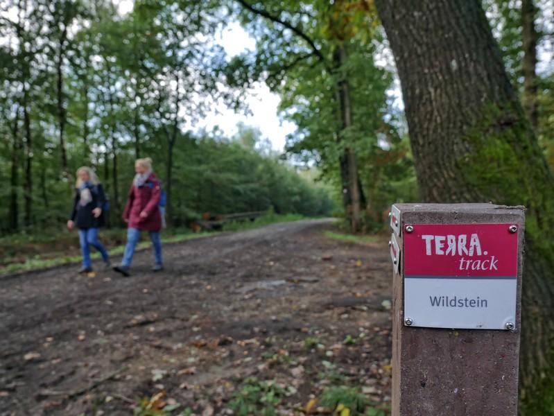 Die rotweißen Schilder leiten uns sicher auf dem TERRA.track Wildstein.