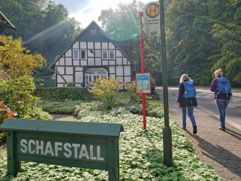 Am Parkplatz nahe dem Schafstall in Bad Essen starten wir unsere Wanderung auf dem TERRA.track Goethegang.