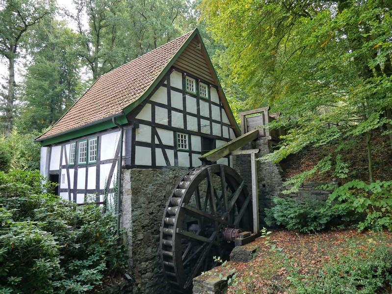 Ein echter Blickfang: Die Wassermühle Bad Essen liegt auf unserem Zuweg.
