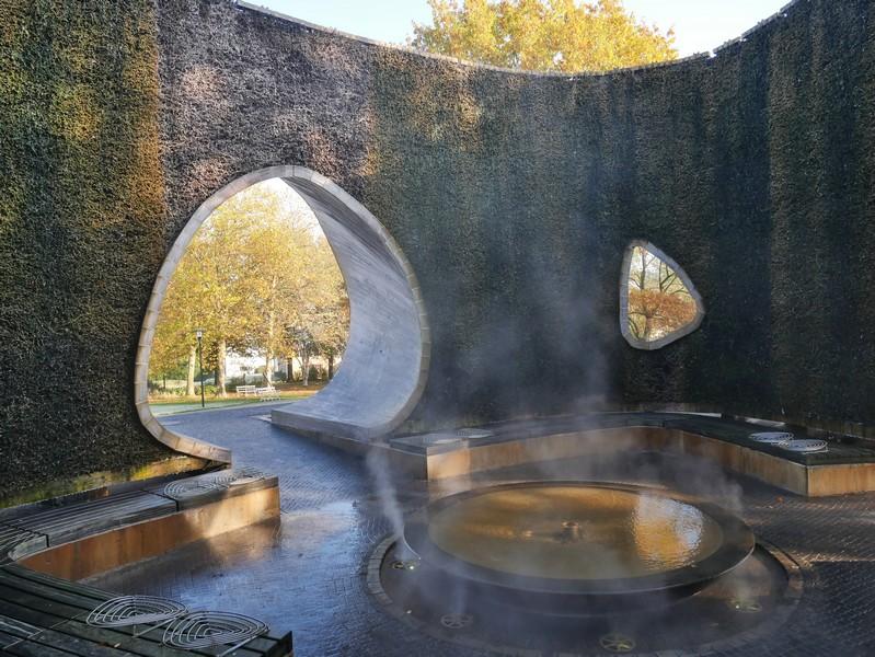 Über feine Düsen wir im Inneren der Solearena das salzhaltige Wasser vernebelt.