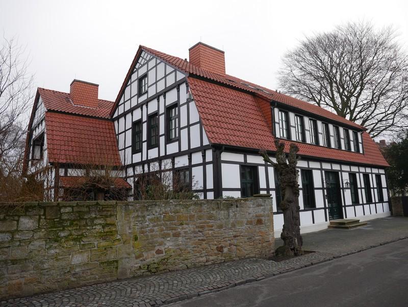 Zu Beginn führt uns der Wanderweg M7 vorbei an zahlreichen Fachwerkhäusern im Herzen von Mettingen.