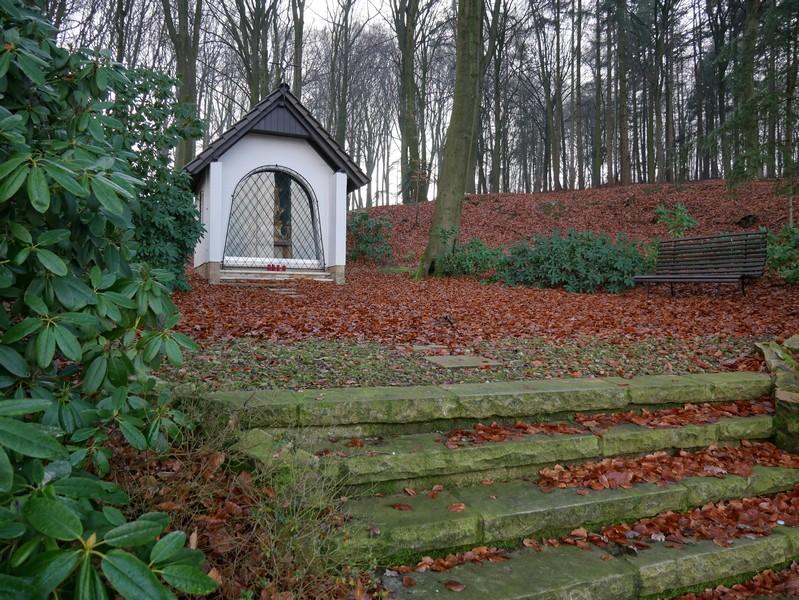 An der Kreisstraße passieren wir diese kleine Kapelle.