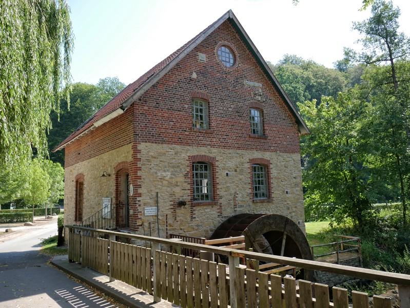 Knollmeyers Mühle: Die hübsche Wassermühle an der Nette ist auch heute noch in Betrieb.